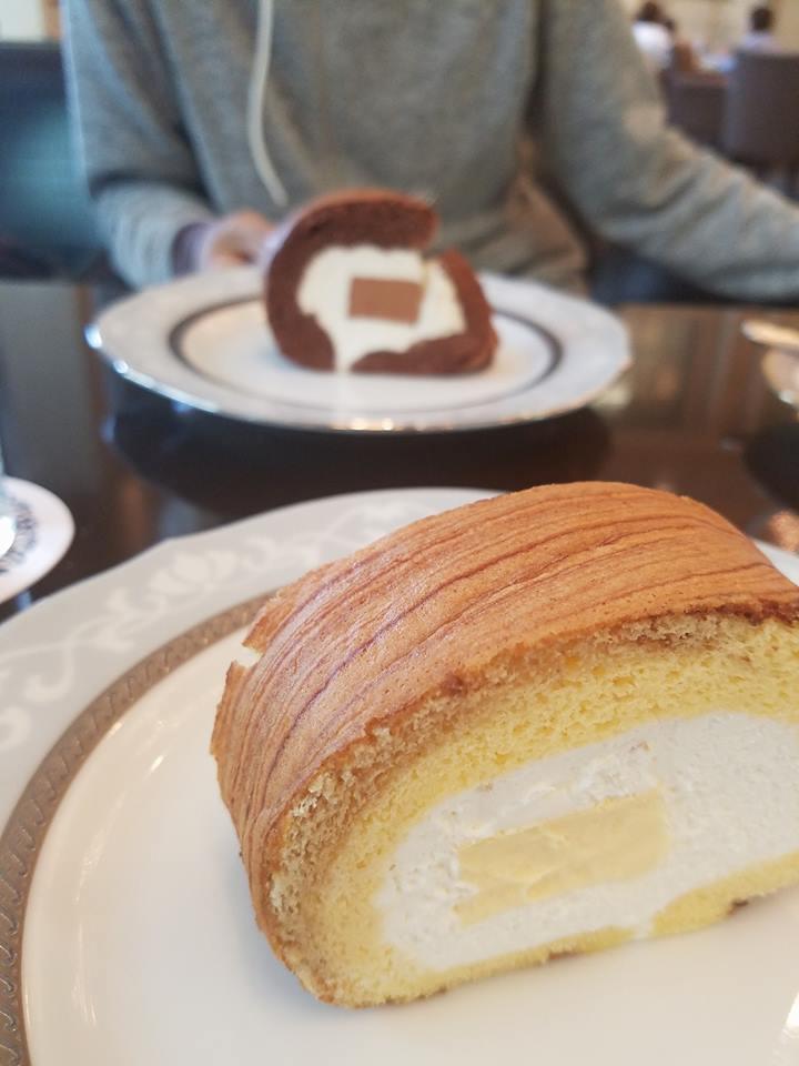 ケーキを食べる男性