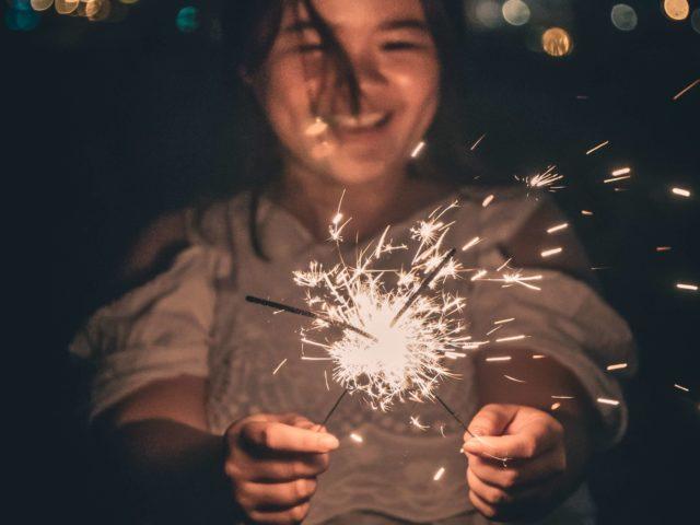 花火をして楽しむ女性