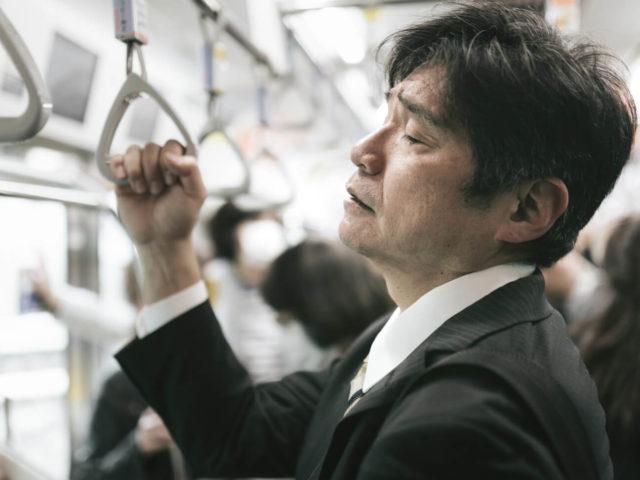 満員電車でストレスを感じる会社員